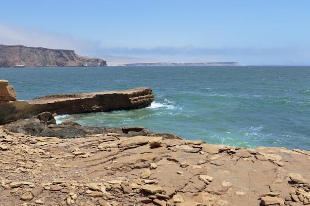 パラカスの赤いビーチの海岸からの美しい眺め