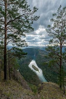 湖と野原の頂上からの美しい景色