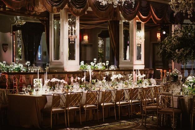 테이블이있는 레스토랑의 아름다운 전망