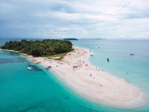 Bella vista di un'isola con una giungla