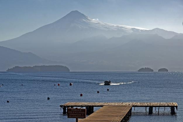 Splendida vista sul lago atitlan, situato in guatemala durante il giorno