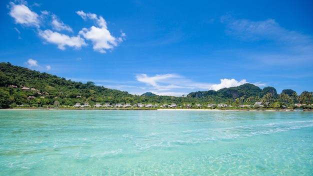 熱帯のビーチ、エメラルドの海と青い空を背景に白い砂、マヤ湾のピピ島、タイの美しい景色