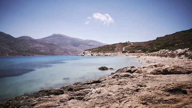 Bella vista di nikouria nell'isola di amorgos, grecia sotto il cielo blu