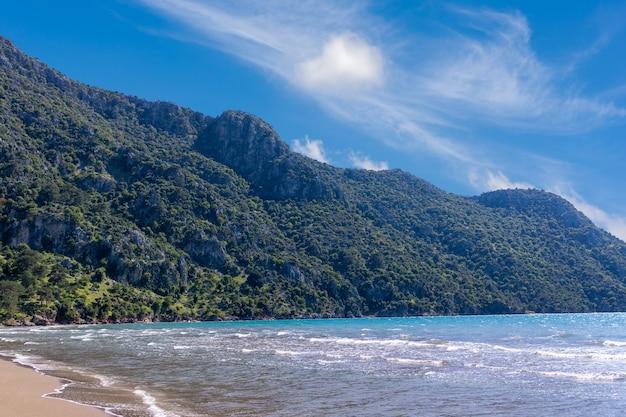 トルコ、ムーラ、ダルヤンのイズツズビーチ近くのビーチの美しい景色