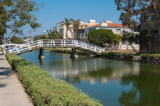 캘리포니아에서 베니스 비치의 운하를 건너는 다리의 아름 다운 전망.