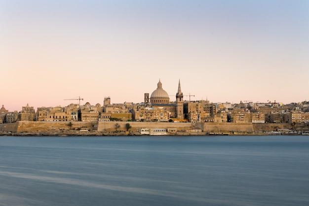 몰타에서 캡처 한 바다로 교회의 아름다운 전망