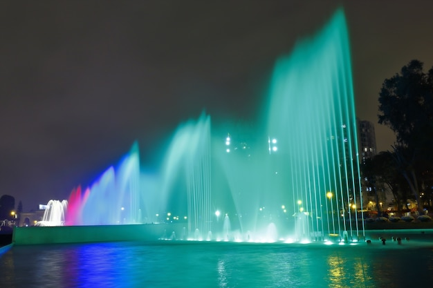 Прекрасный вид на красочный фонтан внутри волшебной водной системы в лиме.