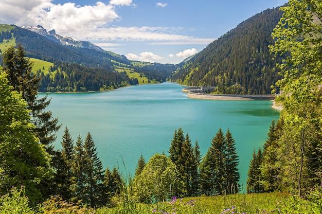 Longrin 호수와 댐 스위스에서 산으로 둘러싸인 호수의 아름다운 전망