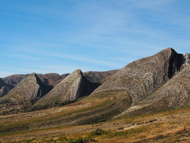 昼間の山岳風景の美しい景色