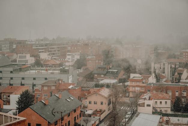 안개와 눈이 이웃의 아름다운 전망.
