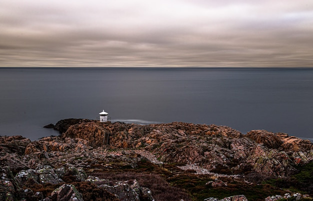 憂鬱な日に岩が多い海岸の美しい景色