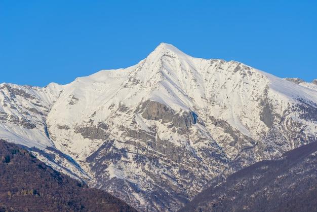 白い雪に覆われた背の高い山の美しい景色