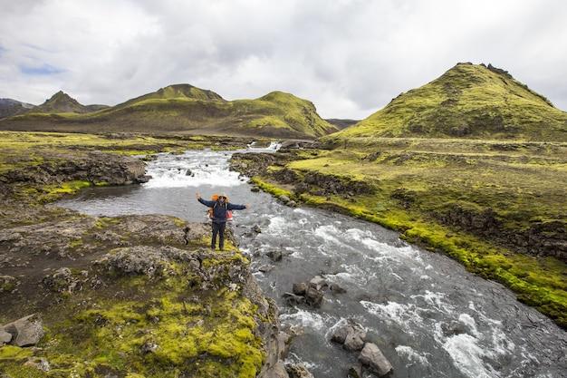 Прекрасный вид туриста на треккинговом маршруте ландманналаугар в исландии.
