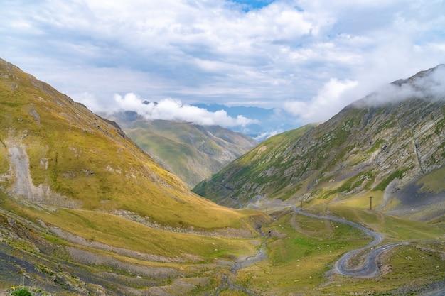 トゥシェティのアバノ峡谷、ジョージアとヨーロッパの危険な山道の美しい景色。風景