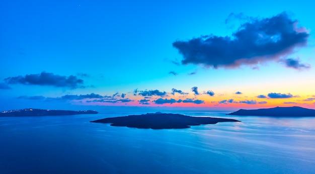 Прекрасный вид на эгейское море на закате с острова санторини, греция