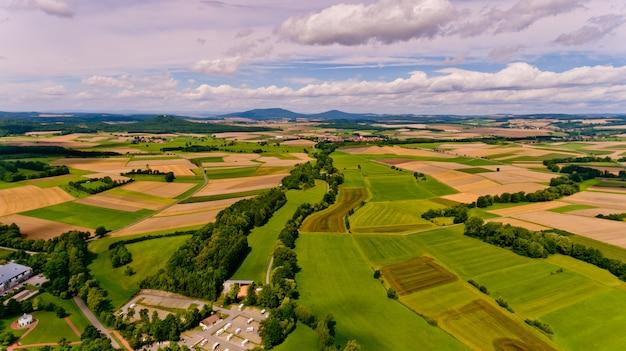 농업 분야와 흰 구름과 푸른 하늘의 아름 다운 전망. 조감도.