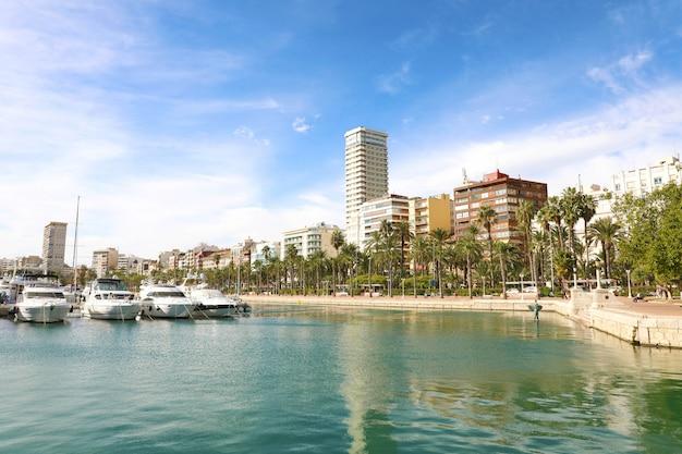 地中海、スペインのアリカンテ市の美しい景色