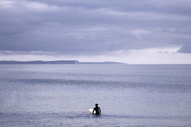 흐린 회색 하늘 아래 바다의 아름다운 전망