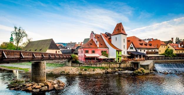 チェスキークルムロフの川岸の建築の美しい景色