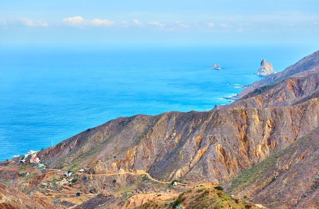 カナリア諸島のアナガ峠から大西洋とテネリフェ島の海岸の美しい景色