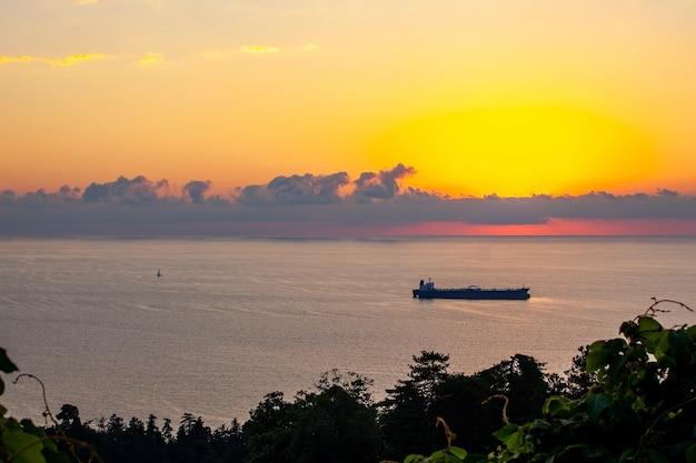 日没時の丘からのバトゥミの美しい景色