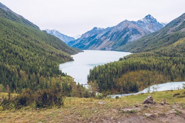 푸른 kucherla 호수, 알타이 산맥, 러시아의 아름다운 전망