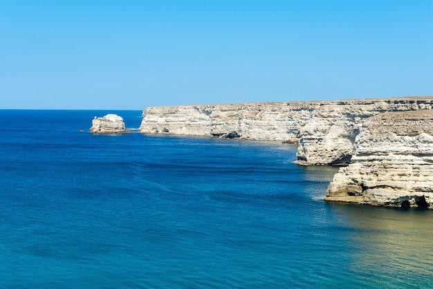 青い海と山の美しい景色
