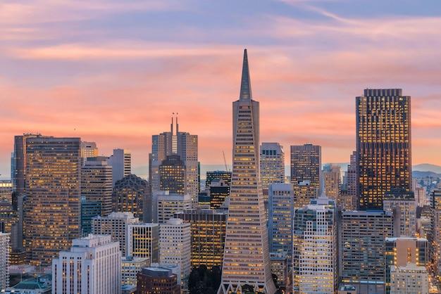 일몰 시 샌프란시스코 시내에 있는 비즈니스 센터의 아름다운 전망.