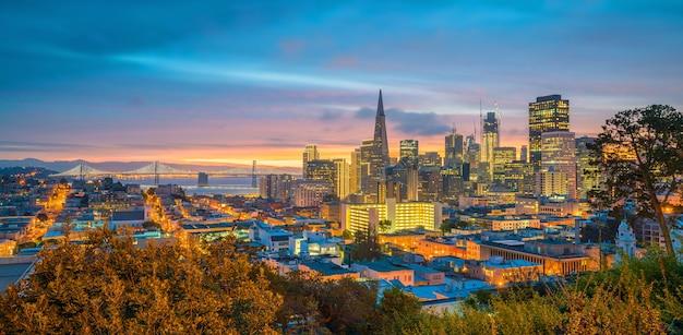 황혼 미국 샌프란시스코 시내 비즈니스 센터의 아름다운 전망