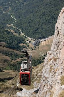 山の間のケーブルカーの美しい景色