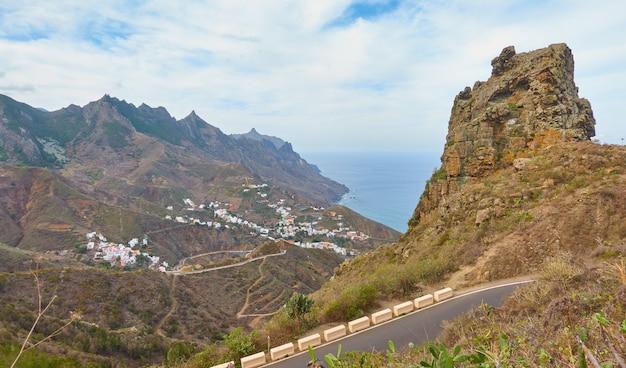 カナリア諸島のアナガ峠からテネリフェ島の小さな村のある海岸の美しい景色