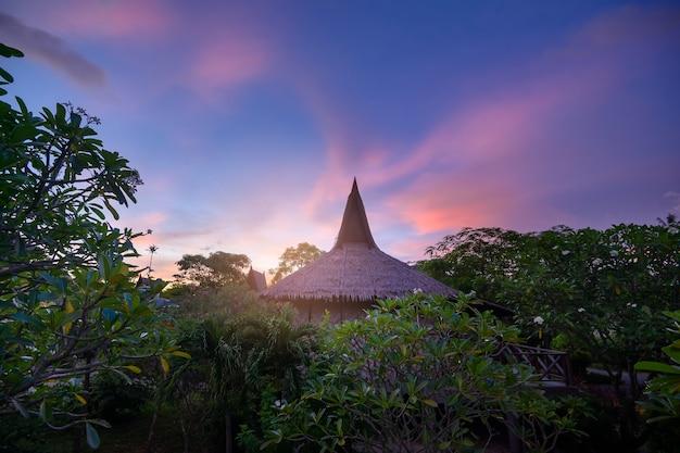 아름다운 황혼의 하늘, 피피 섬, 태국 위에 녹색 열대 정원과 아늑한 방갈로의 아름다운 전망