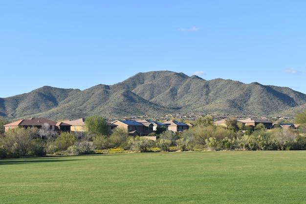 전경에 푸른 잔디 공원이 있는 데이지 산 풍경의 아름다운 전망