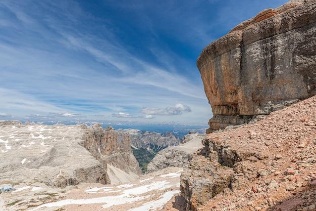 Прекрасный вид на доломитовые альпы с вершины горы пиз бое.