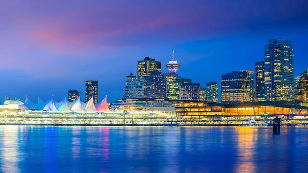 해질녘 캐나다 브리티시컬럼비아주 밴쿠버 시내 스카이라인의 아름다운 전망