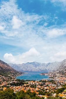 Прекрасный вид на которский залив и город котор; черногория