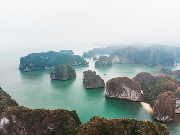 高さからハロン湾の美しい景色。水から突き出ている岩の上面図。ベトナム北部。海景。霧の中の山々。