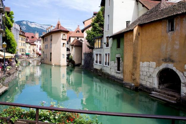 晴れた日の家と川の美しい景色