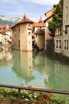 화창한 날에 주택과 강의 아름다운 전망