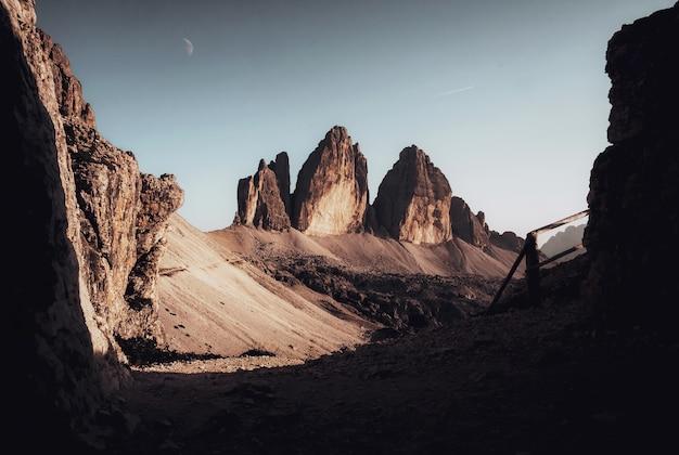 澄んだ青い空の下で突き出た岩層の美しい景色