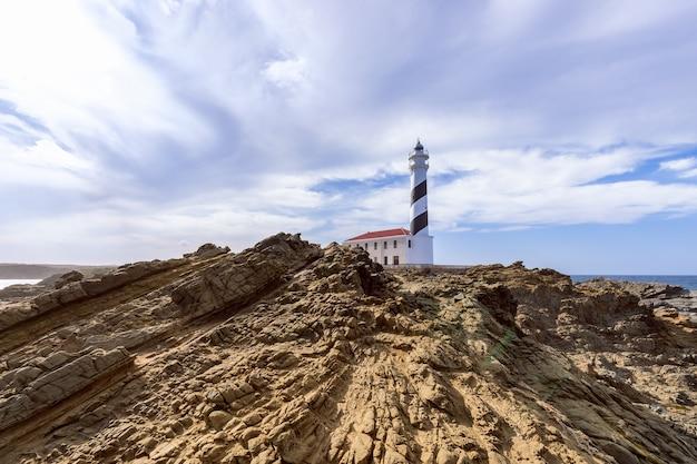 Прекрасный вид на маяк под небом с облаками на острове менорка