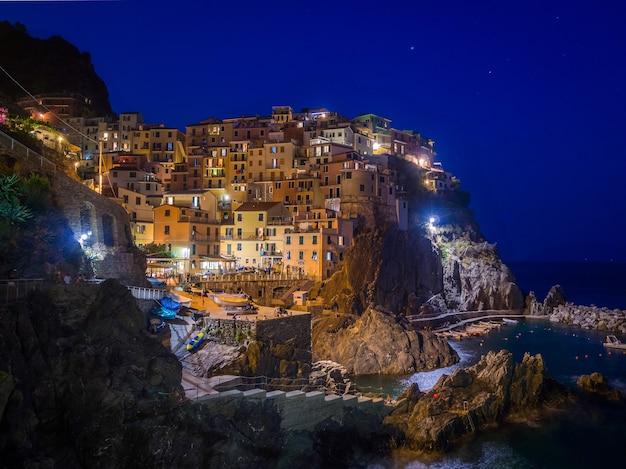 イタリア、チンクエテッレのマナローラ町のライトの美しい景色