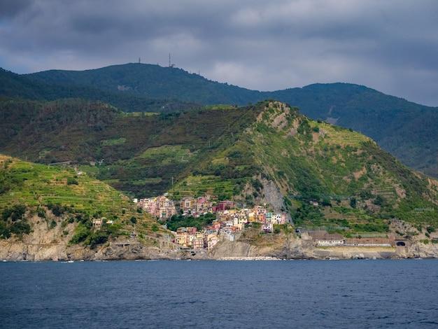 Прекрасный вид на деревню манарола в италии