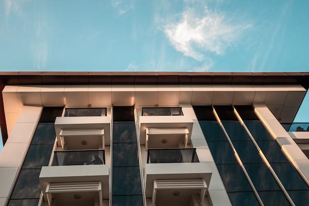 Прекрасный вид на современные отели, застекленные балконы, белые фасады. те, путь, хорошие отели.