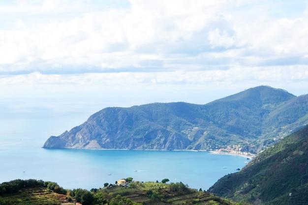 이탈리아 리구리아(liguria) 라 스페치아(la spezia) 지방의 지중해(mediterranean sea)에 있는 몬테로소 알 마레(monterosso al mare)의 아름다운 전망.