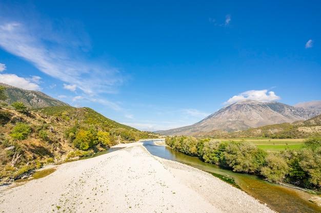 夏の山の川の美しい景色
