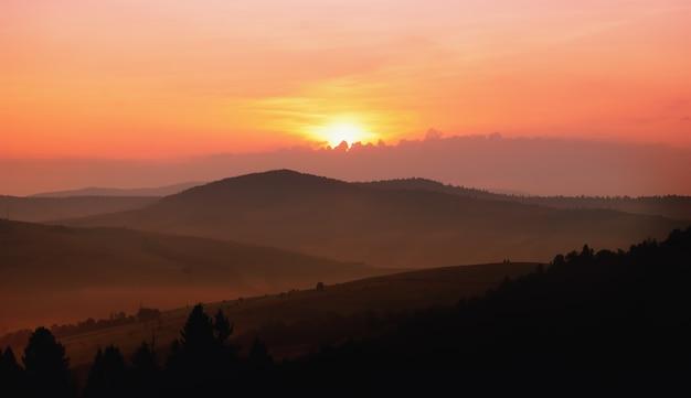 朝霧の中の山腹の美しい景色