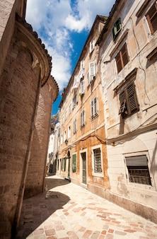 モンテネグロ、コトル市の古い狭い通りの美しい景色