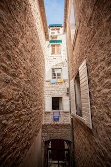 지중해 도시에서 오래 된 좁은 거리의 아름 다운보기