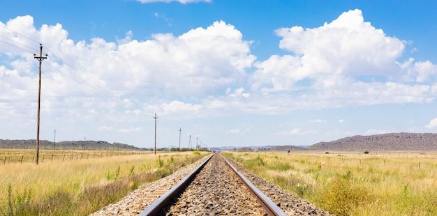 농촌 지역에서 오래된 철도 트랙의 아름다운 전망